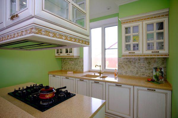 Анна Смолякова: пример эргономичной кухни в проходном помещении