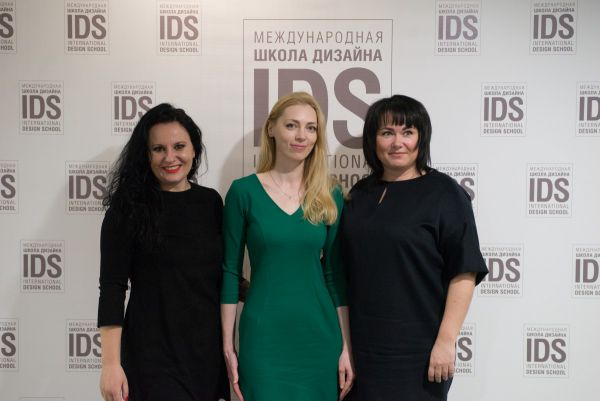 Преподаватель IDS Татьяна Горская со своими студентами.