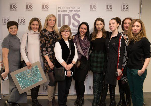 Президент IDS Надежда Лазарева с выпускниками Школы.