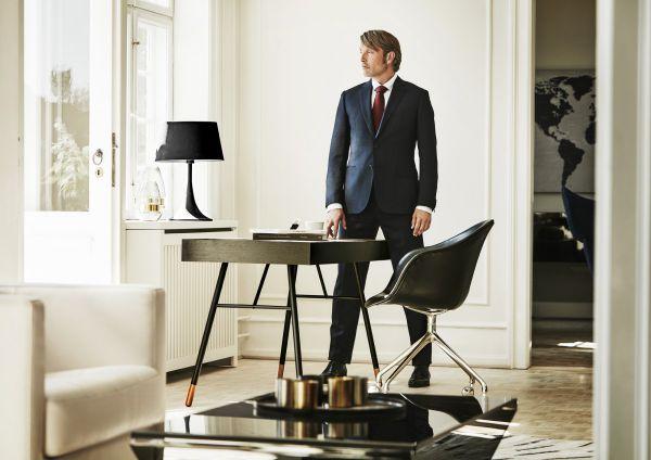 Датский актер Мадс Миккельсен в интерьере датского мебельного концерна «BoConcept».
