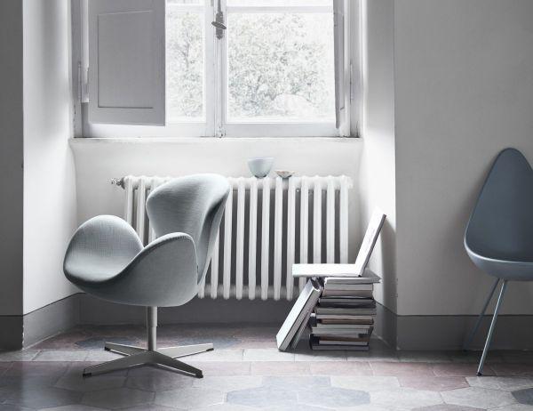 Интерьер с креслом «Лебедь» и cтулом «Капля» (Арне Якобсен, 1958г.)