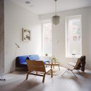 Типичный интерьер в датском стиле с камином и люстрой «Артишок» (Поль Хеннингсен, 1958г.)