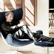 Датский актер Мадс Миккельсен в кресле «Имола» (Хенрик Педерсен) от датского мебельного концерна «BoConcept».